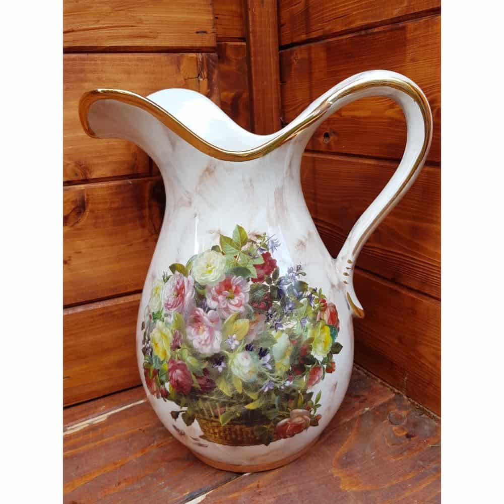 Keramický džbán na vodu a kvety