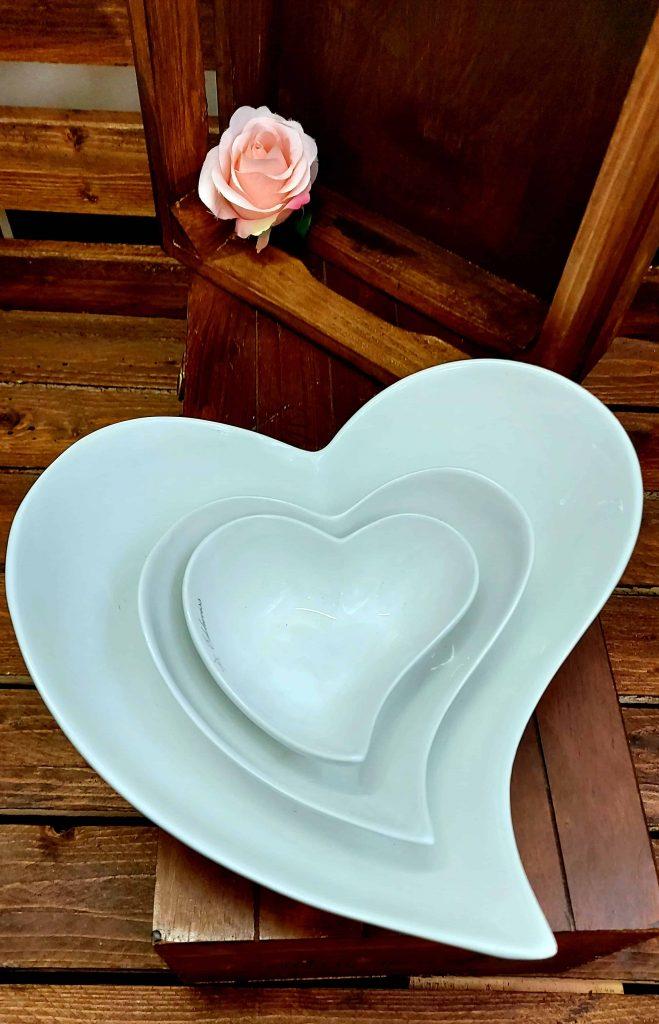 Keramické biele misky v tvare srdiečka