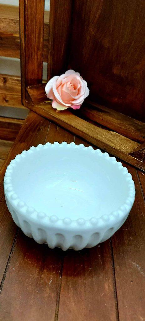 Biela keramická mištička s drážkami