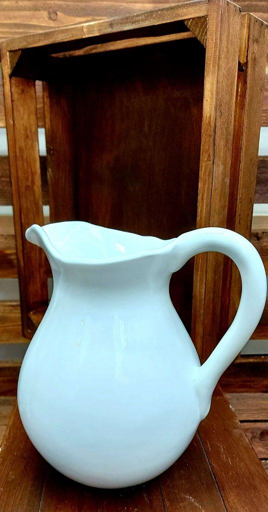 Biely džbán z keramiky
