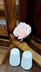 Biela keramická soľnička a korenička