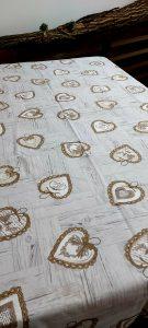 Veľmi pekný bavlnený obrus s hnedými srdciami