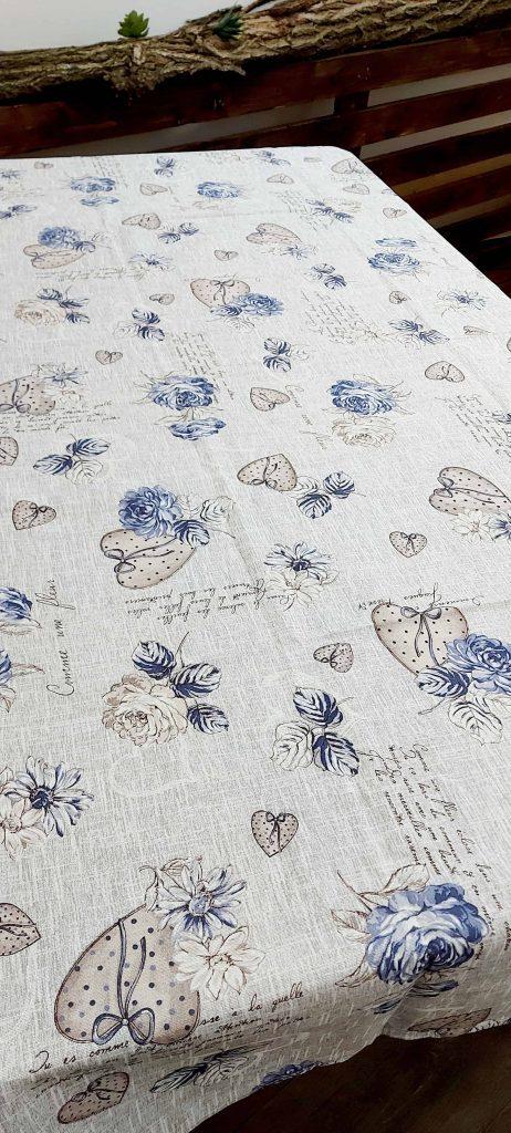 Šedý bavlnený obrus s bordovými/modrými ružami